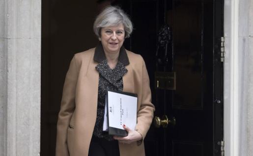 La primera ministra británica, Theresa May, sale del número 10 de la calle Downing para pronunciar un discurso en la Cámara de los Comunes en Londres.