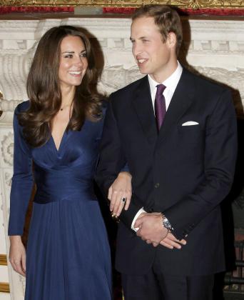 El príncipe Guillermo de Inglaterra y Kate Middleton posan para los medios durante el acto en el que anunciaron su enlace matrimonial, en el Palacio St James de Londres.