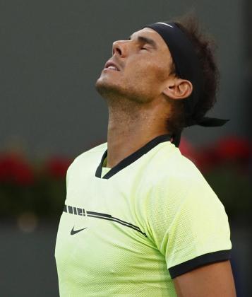 Rafael Nadal se lamenta al perder un punto ante Roger Federer.