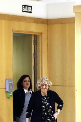La alcaldesa de Madrid, Manuela Carmena, ha relevadode sus funciones a la concejal de Area de Cultura y Deporte del Ayuntamiento, Celia Mayer (detrás).