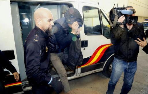 Uno lo de los arrestados durante de la jornada de este miércoles, a su llegada a los juzgados de Vía Alemania.