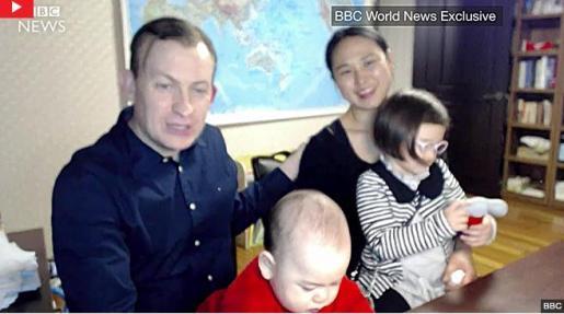 El experto junto a su familia, en el mismo despacho donde se colaron sus hijos en directo.