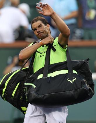 Rafael Nadal se lamenta al perder ante Roger Federer durante el Torneo de Tenis de Indian Wells, California.