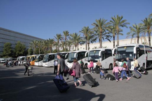 Imagen de turistas el pasado octubre en la zona de autocares de Son Sant Joan.