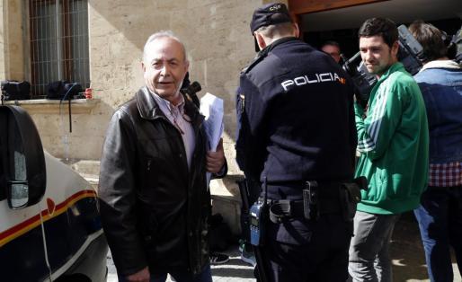 El juez José Castro frente a los juzgados de Palma.