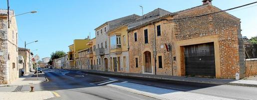La normativa urbanística de Binissalem incorporó en el año 2008 la obligación de retranquear una docena de viviendas en la calle del Conquistador (carretera vieja de Inca). El Ajuntament buscaba más amplitud en la vía pero entiende que el nuevo enlace la descongestiona.