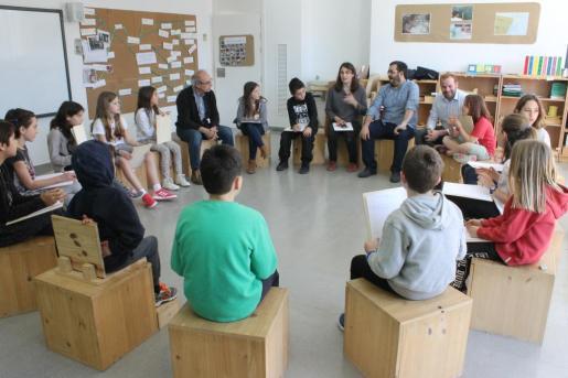 Encuentro de Vidal y el director general d'Espais Naturals i Biodiversitat, Miquel Mir con alumnos del CEIP Puig de na Fàtima de Puigpunyent.