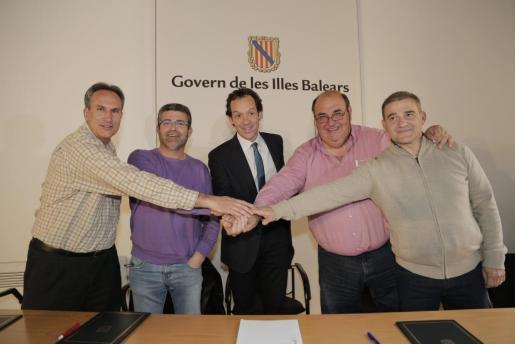 Jaume Vila (ATP), José Alhama (ATIB AMTAT), el conseller Marc Pons, Biel Moragues (ASATM) y Antonio Cladera (PIMEM), en la firma del acuerdo que da por cerrado, a priori, el conflicto entre Govern y taxistas.
