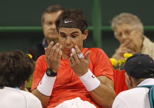 Nadal hace un gesto de impotencia durante un descanso del partido disputado con Davydenko.