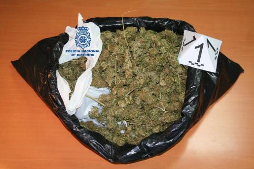 Al hombre le intervinieron una cantidad de cogollos de marihuana en el momento de su detención.