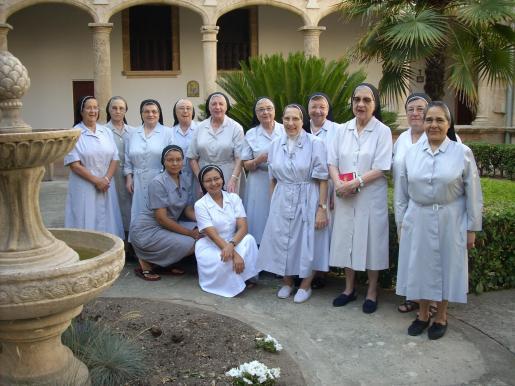 La congregación de Agustinas Hermanas del Amparo en el claustro del monasterio de la Concepción.