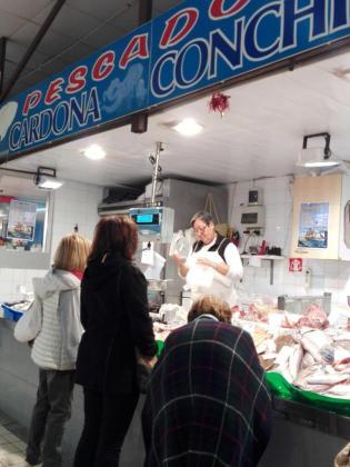 Ayer era un día especial para comprar pescado en el Mercat Nou de Vila. Fotos: E.C.