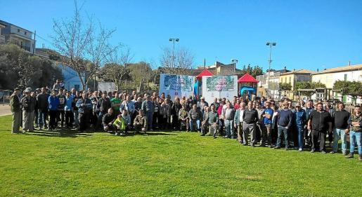Unas 200 personas se congregaron ayer por la mañana en el primer acto reivindicativo en contra de la nueva ZEPA para la protección de aves que afecta al Pla des Blanquer. Hubo un berenar y una recogida de firmas para pedir al Govern que retire el proyecto