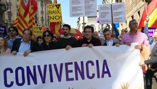 ajo el lema «Aturem el cop separatista» (Paremos el golpe separatista), la manifestación está encabezada por una pancarta con el lema: «Por la Libertad, la Democracia y la Convivencia».