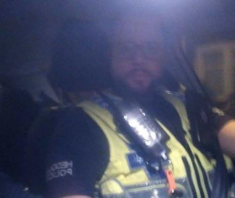 Con este 'selfie', publicado por el usuario de Twitter @Loafc7, un agente de Cardiff autentificó que era policía.
