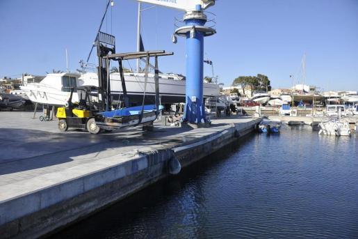 Imagen de la patera que ha aparecido a primera hora de este domingo en aguas de Cala Beltrán, en el término municipal de Llucmajor.