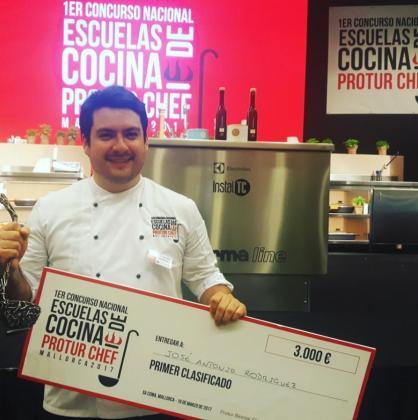 José Antonio Rodríguez posa tras alzarse como campeón del primer concurso de cocina Protur Chef.