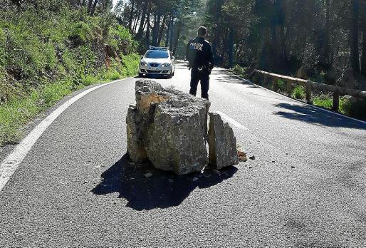 Imagen de una de las rocas que cayeron sobre la carretera de la Serra de Tramuntana.