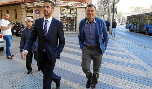 El comisario Joan Miquel Mut, a la derecha, junto a su abogado, Jaime Campaner.