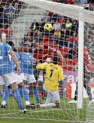 Iván Ramis supera a Alves con un remate de cabeza en la acción que desembocó en el primer gol de la tarde, ayer, en Son Moix.