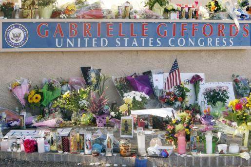 Flores y velas recuerdan a las víctimas del tiroteo en el que murieron seis personas.