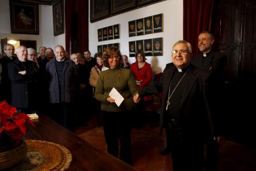 El obispo, Jesús Murgui, brindó con todos los presentes en el Palau Episcopal.