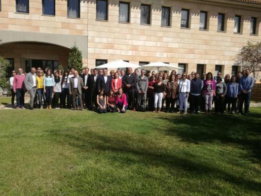 El conseller Iago Negueruela y el alcalde Alfonso Rodríguez, junto con los beneficiarios de los programas del SOIB.
