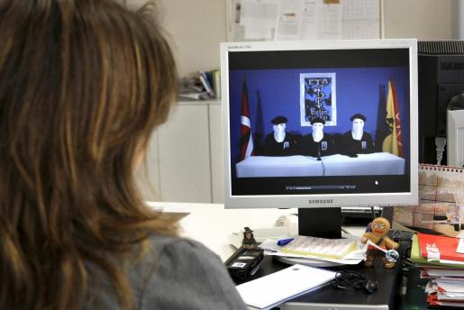 Una joven observa en la página digital del diario GARA el video difundido a través de este medio.