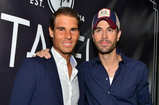 El tenista Rafael Nadal (i) y el cantante Enrique Iglesias posan en la alfombra roja de la fiesta de inauguración del restaurante Tatel.