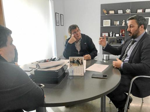 Imagen de la reunión de la comisión Antiviolencia de la FFIB que contó con la presencia, entre otros, del presidente de la regional, Miquel Bestard (c), y el de la misma comisión Llorenç Salvá (d).