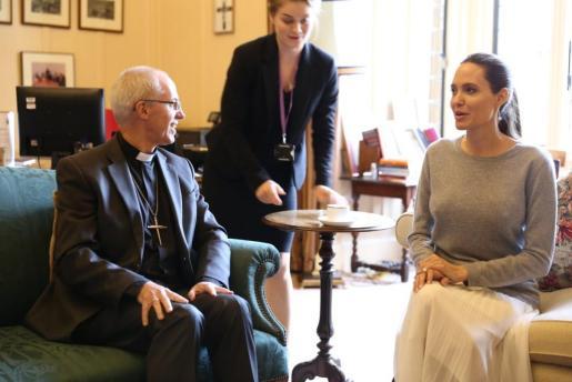 En la imagen, el momento de la reunión entre Angelina Jolie y el arzobispo de Canterbury.