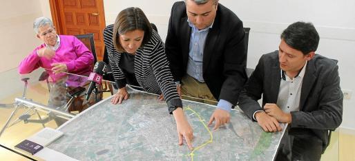 Garrido y Moreno señalan puntos en el mapa de la ronda ante un funcionario y el director insular de Carreteres.