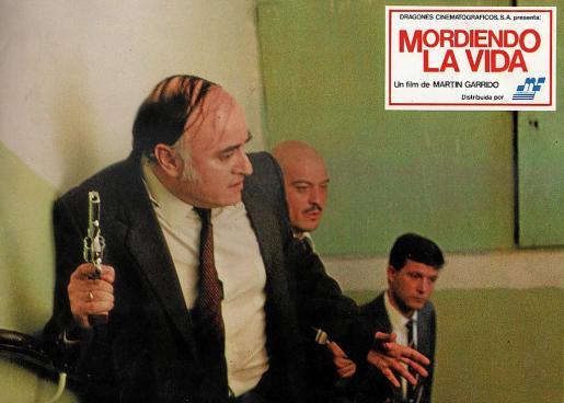 El actor Paul Naschy, en primer término, en una escena de 'Mordiendo la vida'.