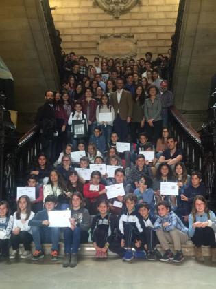En la imagen, el alcalde de Palma, José Hila, junto a los alumnos que participarán en el mercado Icape.