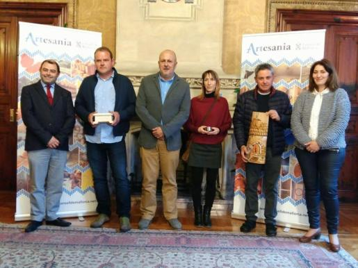 Cosme Bonet, Miquel Ensenyat y Paula Ginard con los premiados.