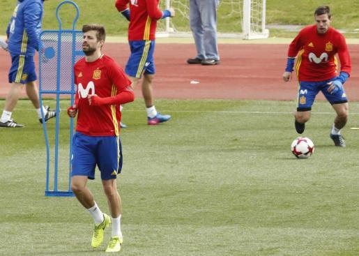Los defensas de la selección española Gerard Piqué y César Azpilicueta, durante el entrenamiento que han realizado en la Ciudad de Fútbol de Las Rozas.