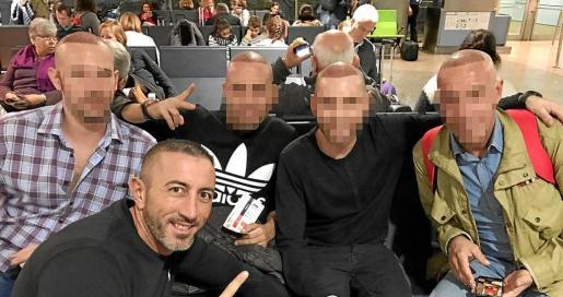 Fernando Marín, en el aeropuerto rumbo a Estambul con un grupo de mallorquines, que han preferido no mostrar sus rostros.