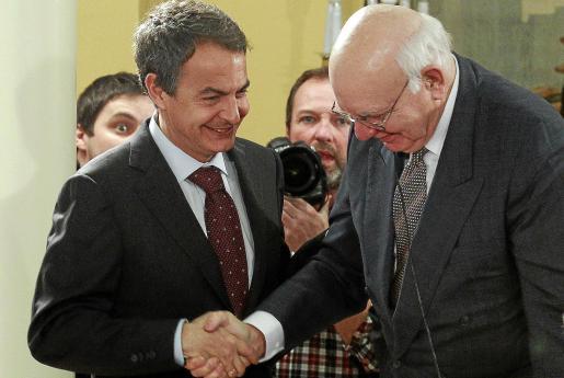 El presidente del Gobierno saluda en La Moncloa al economista y asesor de Obama Paul Volcker.