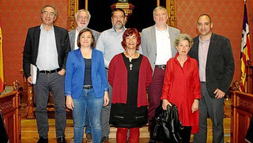Martí March, Miquel Àngel March, Jesús Jurado, Pere Salas y Josep Antoni Cifre. Delante: Mercedes Garrido, Nina Parrón y Joana Colom.