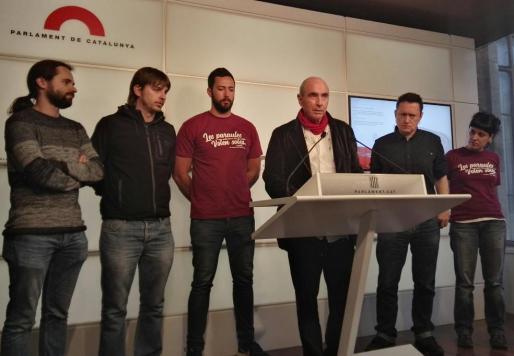 El rapero mallorquín, junto al diputado de JxSí Lluís Llach, en la rueda de prensa ofrecida en la Cámara catalana.