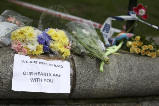 Flowers and messages are left near the scene of an attack by a man driving a car and weilding a knife left five people dead and dozens injured, in London, Britain, March 23, 2017. REUTERS/Neil Hall BRITAIN-SECURITY/