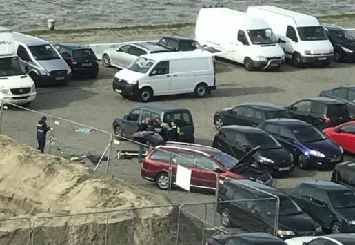 Agentes de policía belgas investigan un vehículo en un parking de Amberes, en Bélgica.