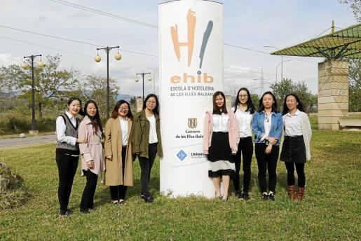 Las ocho estudiantes chinas de Dirección Hotelera Internacional posan en el exterior del edicificio de la EHIB.