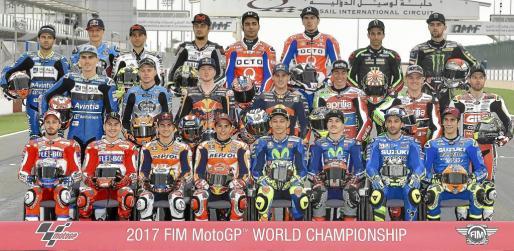 Los pilotos de MotoGP 2017 posaron este jueves en la pista de Losail.