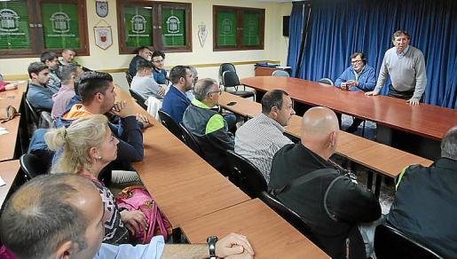 Imagen de la reunión de la FFIB con el comité de árbitros.
