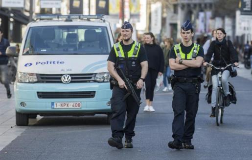 Policías patrullan por la calle Meir, el principal bulevar peatonal de lAmberes, donde fue detenido un hombre tras entrar a gran velocidad con su vehículo.