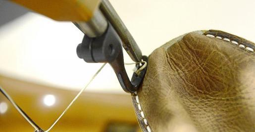 Fabricación de 'avarques', el calzado típico menorquín que está en la vanguardia de la moda.