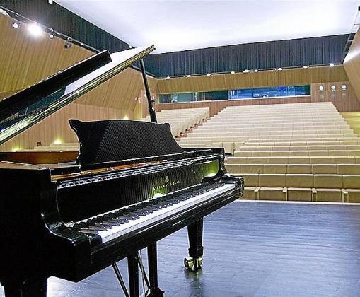 El profesor usaba un piano como herramienta laboral.
