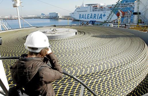 Imagen de la cubierta del 'Giuilio Verne', que transporta 237 kilómetros de cable y la mitad del cable de retorno. Fotos: PERE BOTA