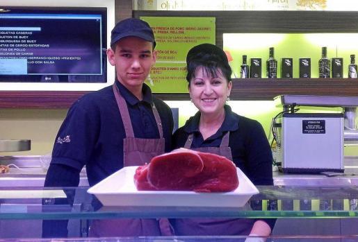 Una fotografía de Sahid y Carmen mostrando un solomillo de ternera en el puesto de Carnes March del Mercat Nou de Vila. Foto: C.C.